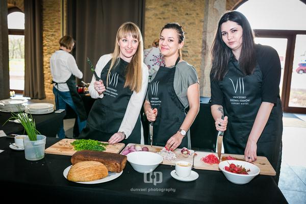 """Na warsztatach kulinarnych blogerki: """"Trawka Cytrynowa"""", """"Gotuj z Kasią"""" oraz fotografka Żaneta Hajnowska"""
