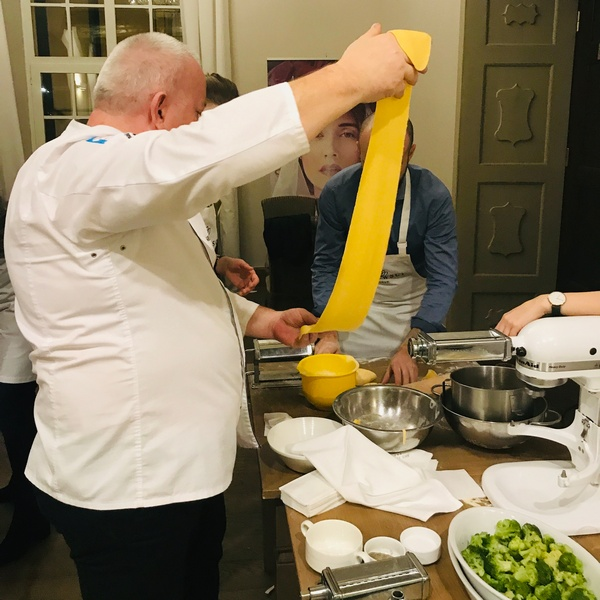 Szef kuchni Grzegorz Pomietło pomaga podczas warsztatów