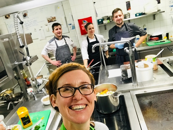 Piece konwekcyjne pracują podczas szkolenia z kuchni wegetariańskiej i wegańskiej pełną parą w Sofitel HOtel