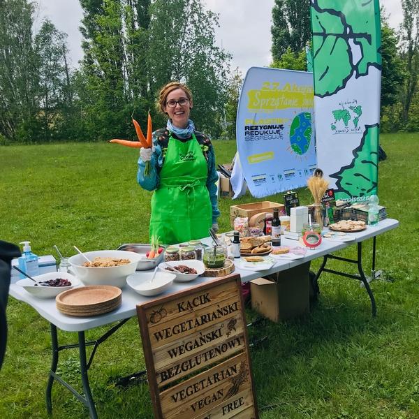 O redukcji plastiku w kuchni less waste zero waste opowiada Katarzyna Gubała na warsztatach kulinarnych