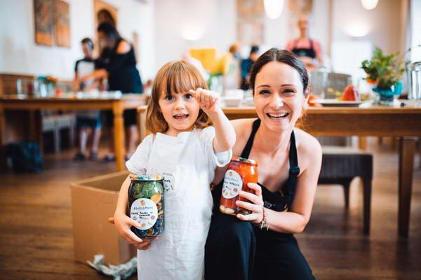 Ania Kłys i jej córka na warsztatach kulinarnych ze zdrowego odżywiania