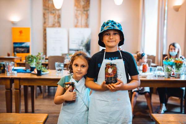 Z warsztatów dzieci wymaszerowały w sprezentowanych im fartuchach kuchennych