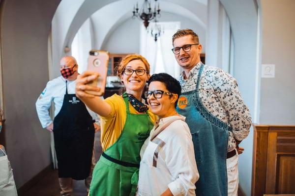 Warsztaty kulinarne ze znanymi kucharzami to świetny pomysł na imprezę integracyjną dla firm
