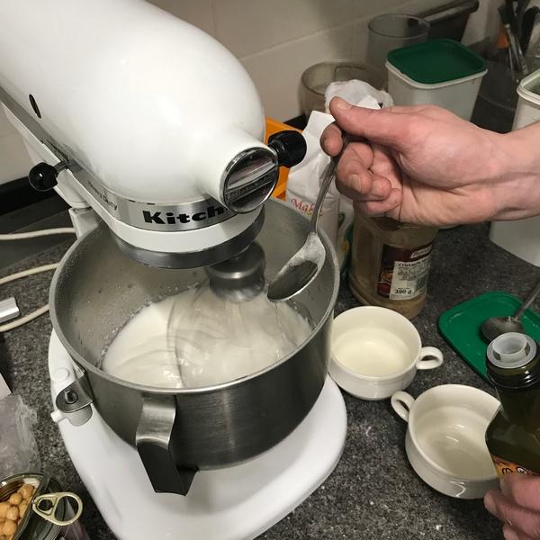 Dosypujemy nadal cukier wymieszany z mąką ziemniaczaną