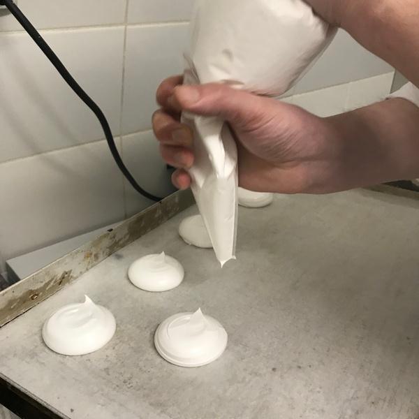 Przekładamy łyżką nasze wegańskie bezy do rękawa cukierniczego