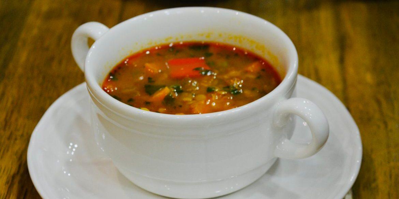 Wegańska zupa z batatami i soczewicą