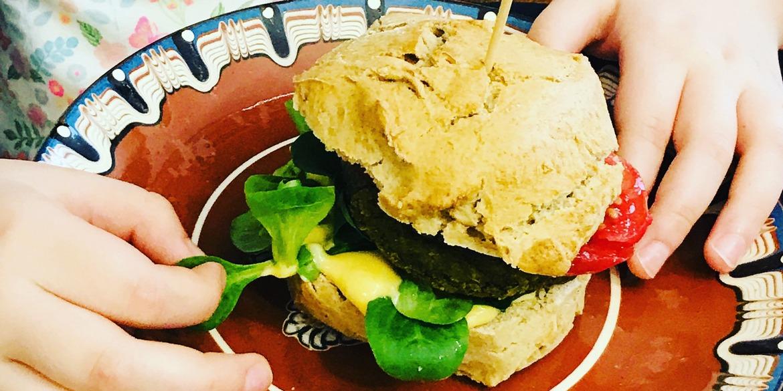 Wegańskie burgery z soczewicy z majonezem z dodatkiem mango